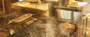 炭火で焼かれる魚
